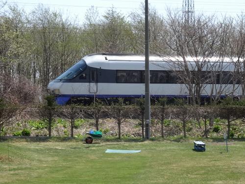 s-虎杖浜PGC近くの線路を走る列車