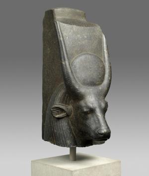 牛の女神像の頭部