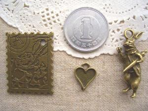 うさぎの切手、ハート、時計を見るうさぎ