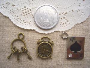 鍵三連、目覚まし時計、トランプエース