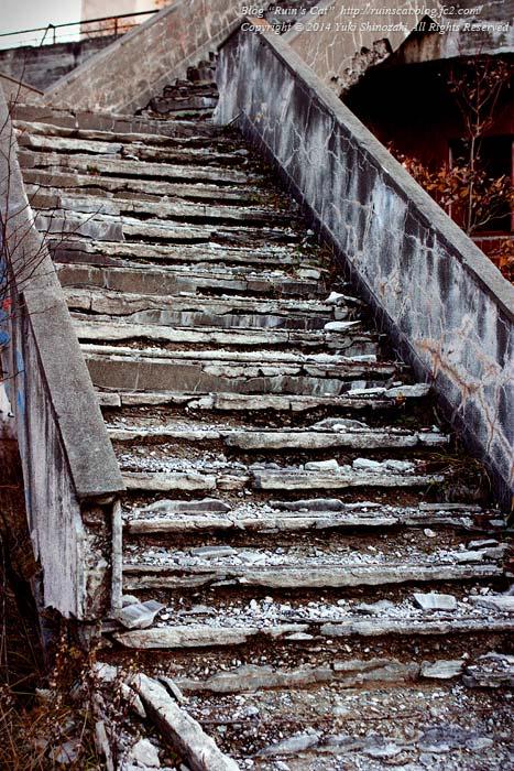 横向温泉ロッジ_2階への階段(アップ)