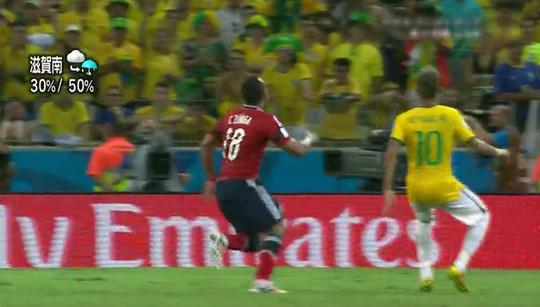 ボールをトラップしようとしているネイマールの後ろからスニガが走りこむ