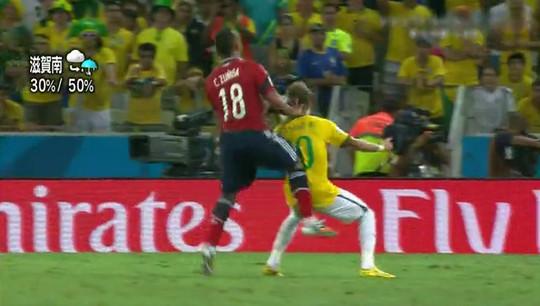 ネイマールがボールをトラップした瞬間にスニガの膝がネイマールの背中へ