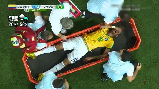 腰椎を骨折し担架で運ばれるネイマール