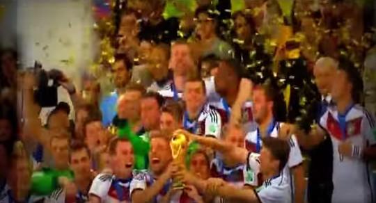 ドイツ代表がトロフィーを掲げる瞬間