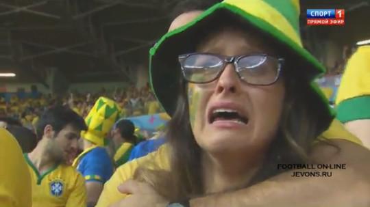 ブラジル大量失点に泣き出してしまう女性