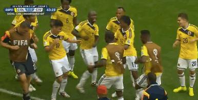 先制ゴールを皆で祝うコロンビア選手たち