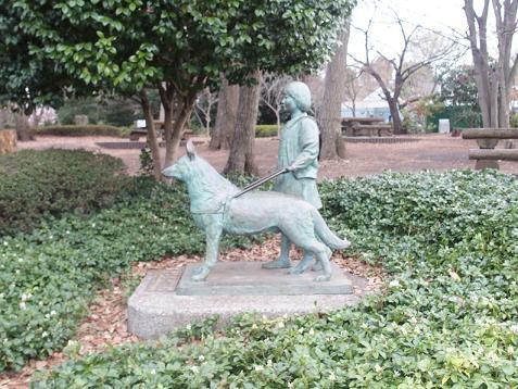 少女と盲導犬の像でしゅ