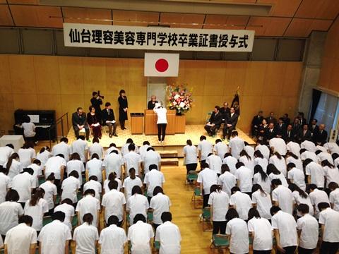 ④74回卒業式 記念品贈呈