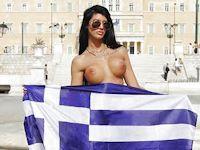 ギリシャのポルノ女優・Maria AlexanderがW杯ベスト16入りで国会議事堂前でヌードに