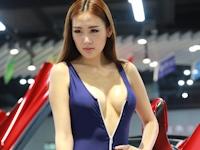 胸元がセクシーな巨乳モーターショーガール