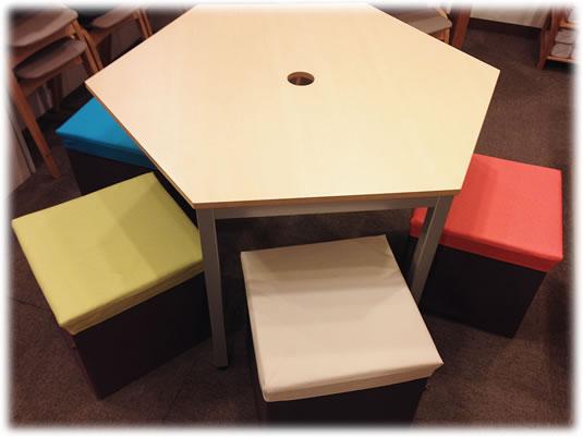 六角テーブルとカラフル椅子w535