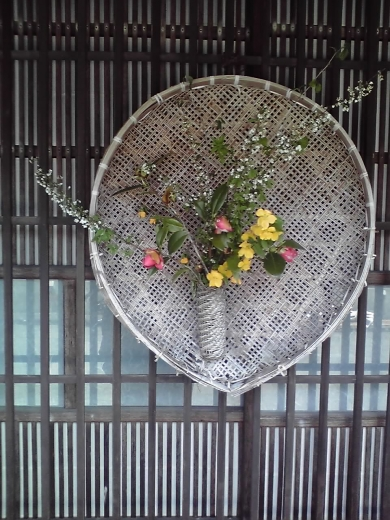 格子窓の花籠