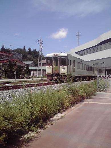 新駅舎を潜る飯山線車輌