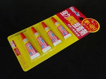 100円ショップで使いきりタイプの瞬間接着剤を購入しました。