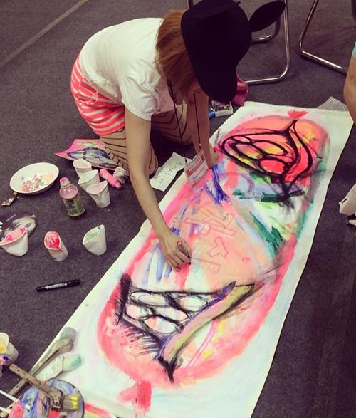 ブログ韓国床で絵を書くTOMO