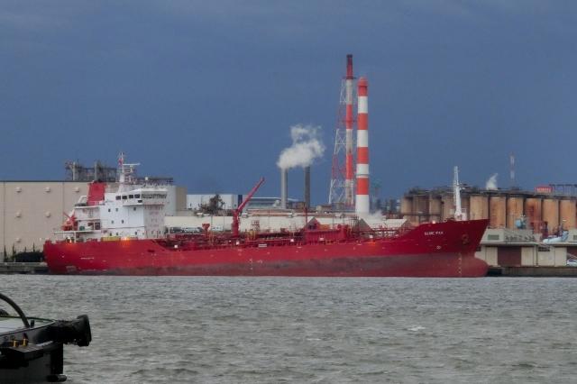 瑞穂埠頭に停泊中の謎の赤いタンカー SLNC PAX