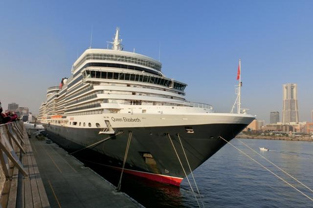 右舷前方から見たクイーン・エリザベス号