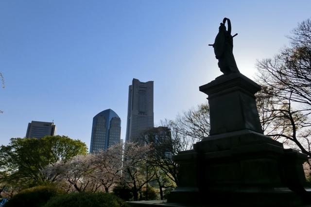 横浜港を見下ろす井伊直弼の銅像