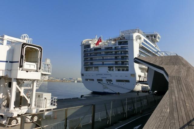 見上げる巨大な船体
