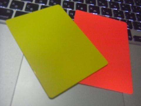 イエローカードとレッドカード、思ったより大きいです