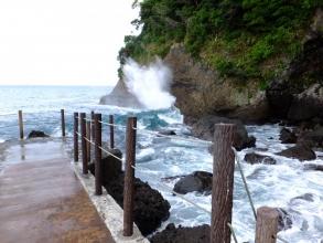 伊東から川奈港へ海岸通りを行くと青い海と磯岩の美しい眺めな観光名所、潮吹岩(しおふきいわ)があります♪満潮なので豪快に潮吹いています♪2014.09.10