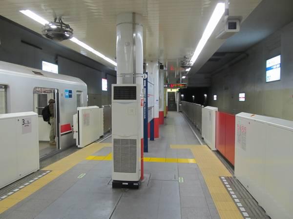 中野坂上駅側も1両分ほど余裕がある。