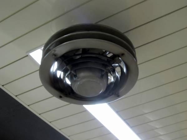 駅の空調整備により貴重な存在になりつつある天井扇風機。