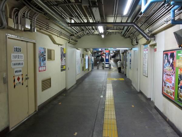 通路をさらに後ろに下がったところ。左側には電気室、右側には駅事務室がある。