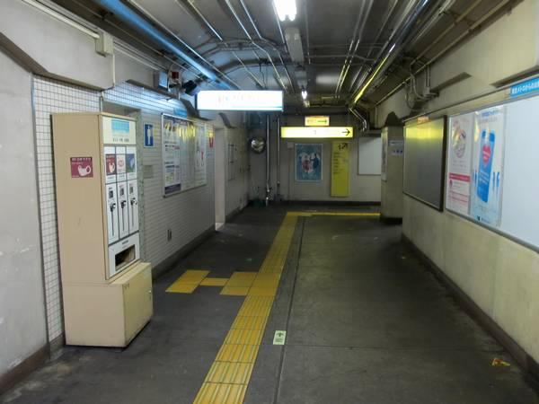 同じ場所で振り返って1番出入口方向を見る。新しい改札口はこの付近に設置される。