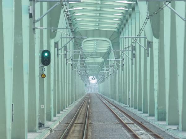 新橋梁上り線の閉塞信号機の配置は旧橋梁時代とほぼ同等。