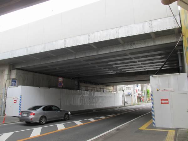 取手駅入口にある浜街道架道橋。手前が新上り線の橋桁。