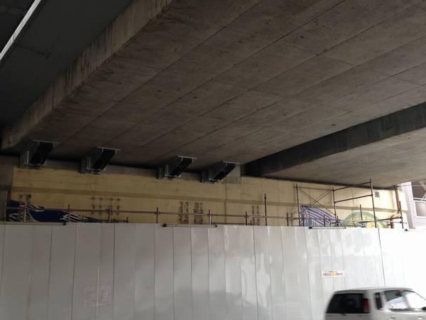 既存の橋桁は旧上り線(新下り線)側のみ落橋防止装置が追加された。