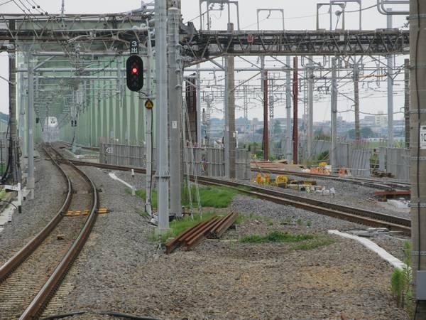 旧上り線の跡地では新下り線の軌道敷設が進んでいる。