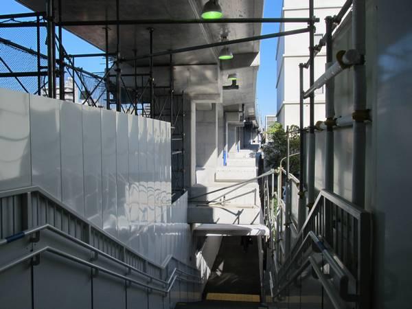 東改札口から明治通りに続く仮設通路