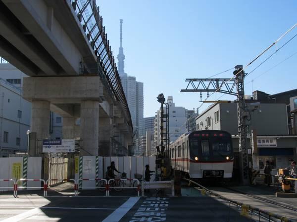 明治通りから見た京成曳舟駅東口。今立っているのが旧上り線跡地。