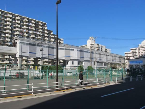 南側から見た高架ホーム。手前の空地は将来駅前広場になる。