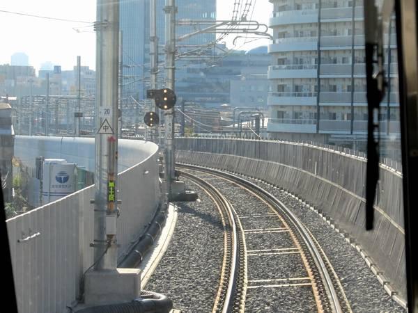 再び上り列車の前面展望。この付近は急カーブのためバラストラダー軌道が採用されている。
