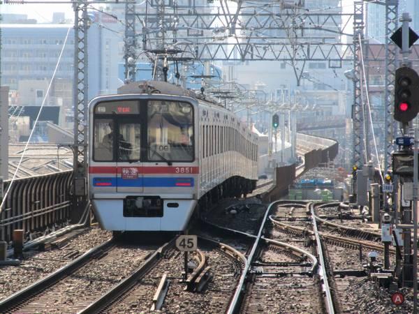 八広駅下り線ホーム端から高架区間に進入する上り列車を見る。