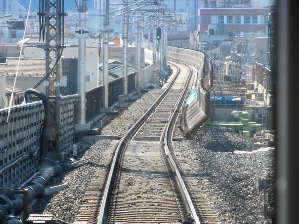 上り列車の前面展望。右の新下り線の高架橋は旧上り線が地上へ降りるのに使用していたものをジャッキアップして再利用している。
