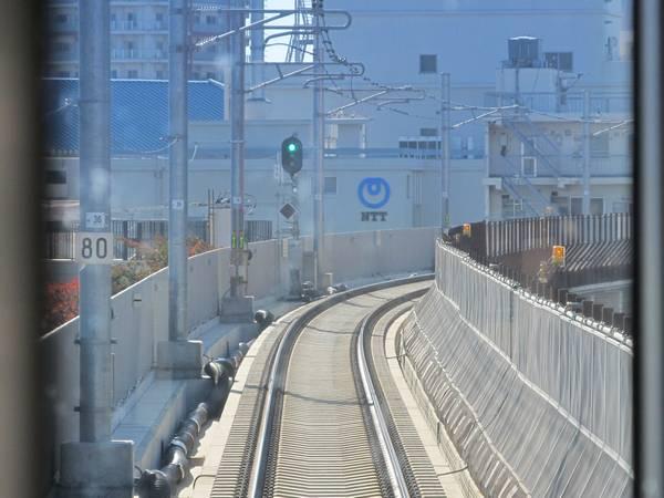 駅間の中央付近。線形は地上時代とさほど変わっていない。