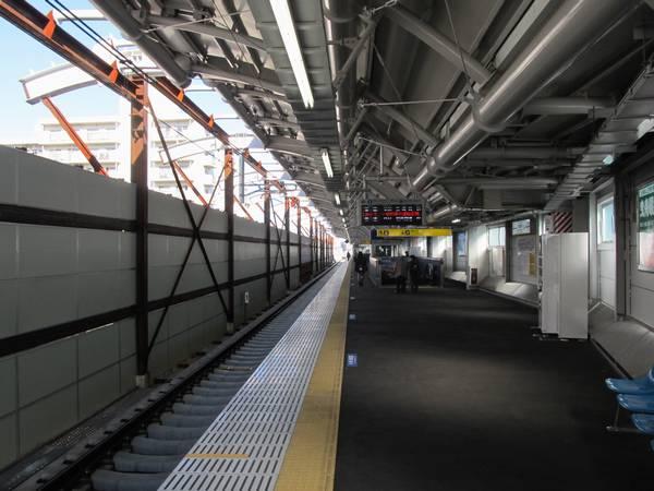 高架化された京成曳舟駅上り線ホーム