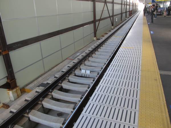 駅構内の線路はD型直結軌道が採用されている。