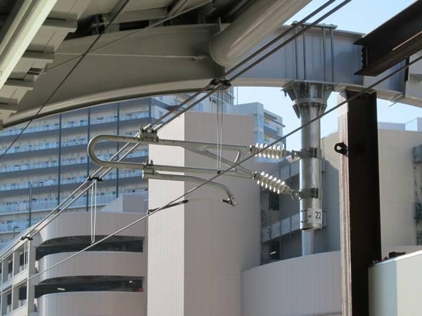 高架化された区間の架線はインテグレート架線になっている。