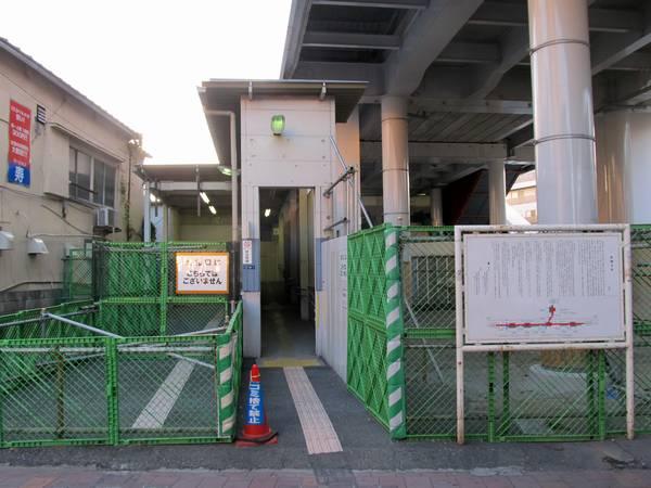 廃止された下り線側の改札口建屋はトイレがあるため残されている