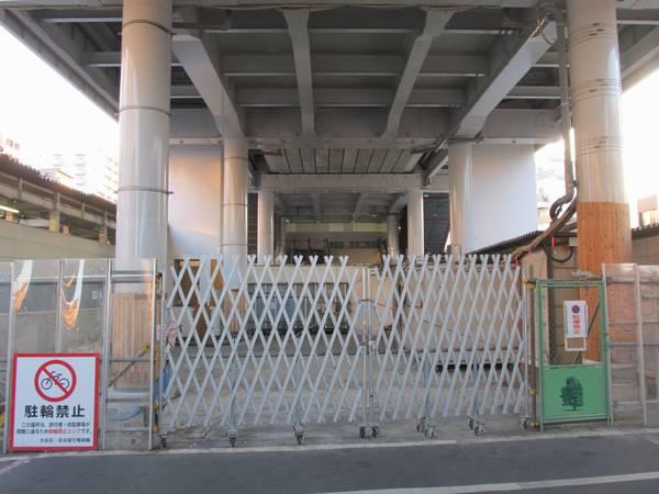 梅屋敷駅の旧地上線路跡では中2回から地上に降りる階段やエスカレータの設置作業が行われている。