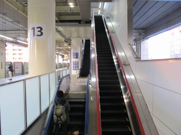 京急蒲田駅中央付近にある改札口・上り線ホーム・下り線ホームをつなぐエスカレータ。左列の奥が新たに使用開始になった上り線ホーム→下り線ホームのエスカレータ。
