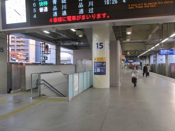 2階4番線ホーム横浜方の端に新設された階段とエスカレータ。その奥には空調付き待合室。