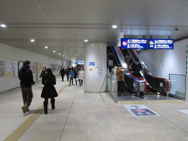 中2階の改札口周辺は内装がほぼ完成した。