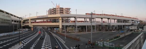 第一京浜に架かる歩道橋から本線と空港線の分岐部分を見る。右の空地は駅前広場になる。